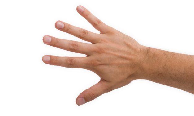 Tenir et se laver les parties avec la main droite