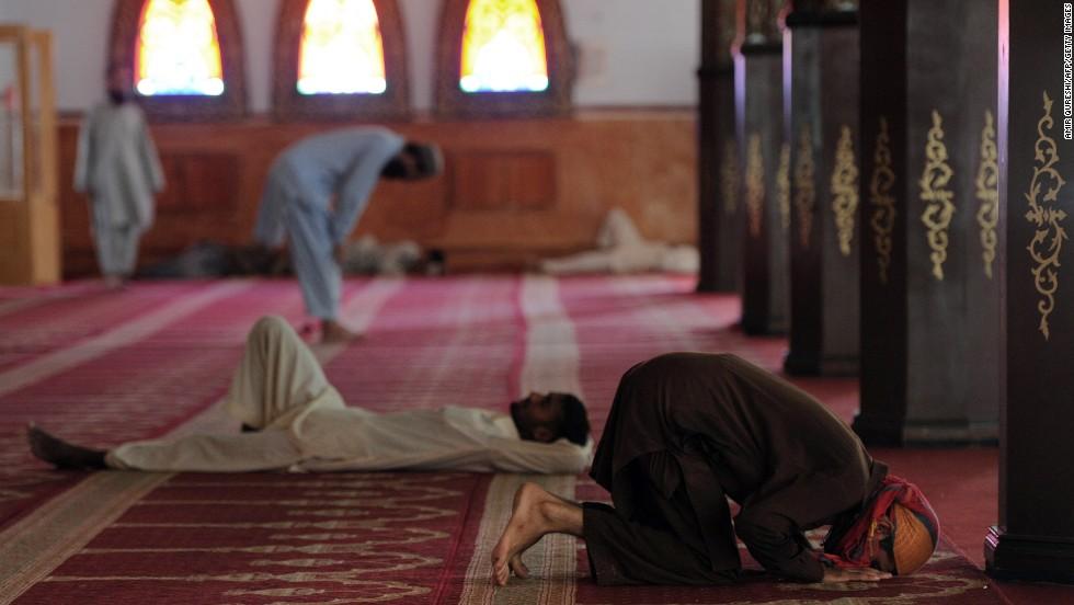 Prier avant de s'assoir dans la mosquée