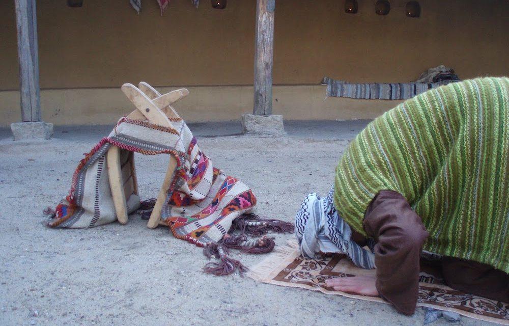 Repousser celui qui passe devant soi durant la prière