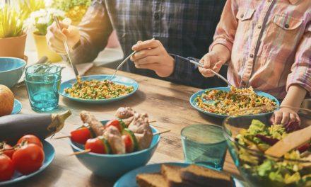 Que faire quand le repas est servi à l'heure de la prière ?