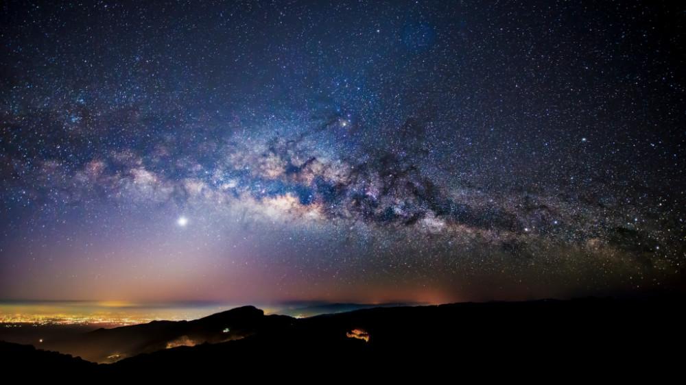 Allah descend au ciel de cette terre chaque fin de nuit et demande…