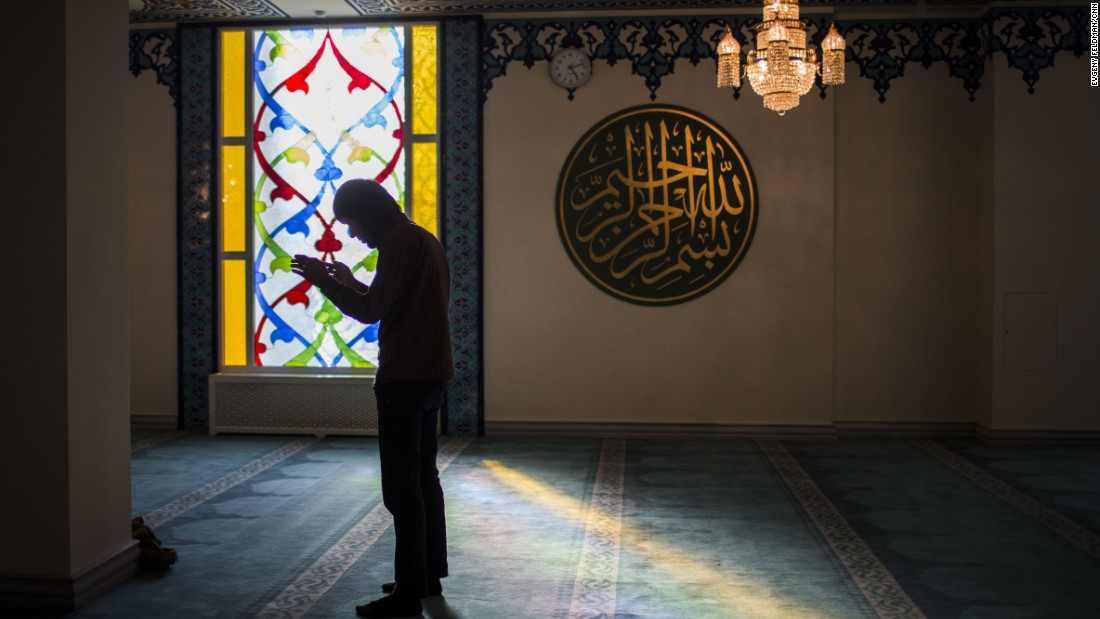 Prier avec son frère qui prie seul est une aumône