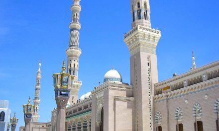 Celui qui vient à la mosquée de Médine pour apprendre ou enseigner un bien